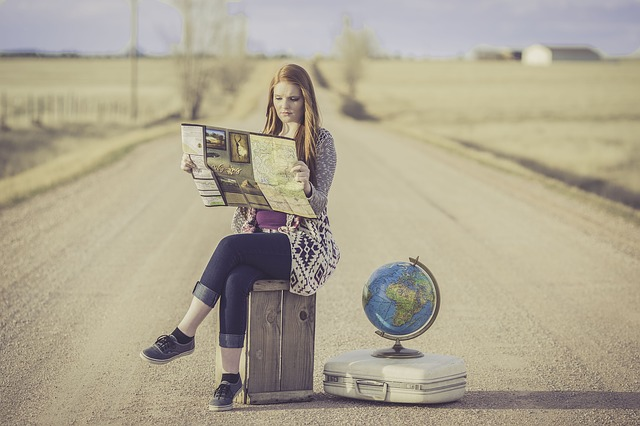 dívka na kufrech